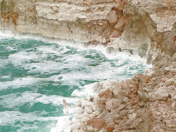 Скалистый берег и солевые отложения на скалах